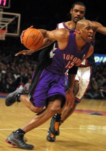vince carter raptors vs ny knicks, New York Knicks Latrell Sprewell and Toronto Raptors Vince Carter during game