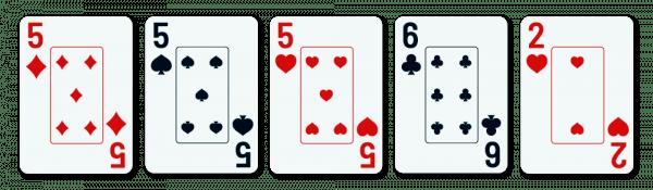 viisi pelikorttia, jotka sisältävät kolmoset (5) ja kaksi sivukorttia