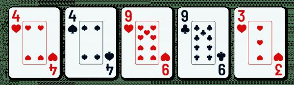 viisi pelikorttia, joiden joukossa on kaksi paria (4+9) ja yksi sivukortti