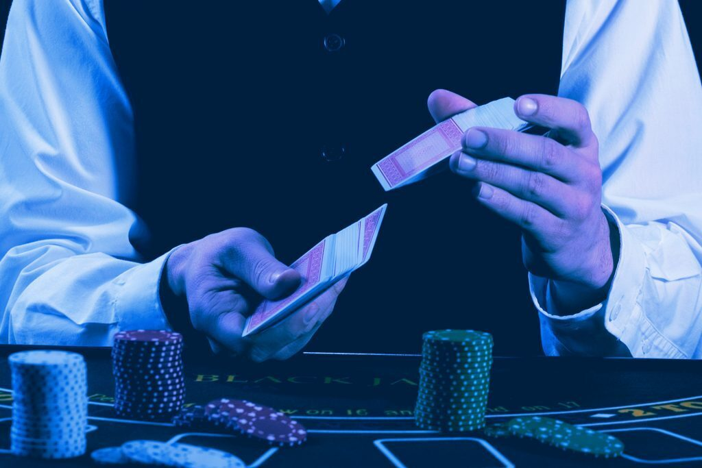 Ein Foto von einem Dealer, der Karten mischt