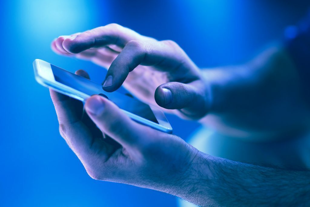 henkilö valitsee vaihtoehdon matkapuhelimellaan