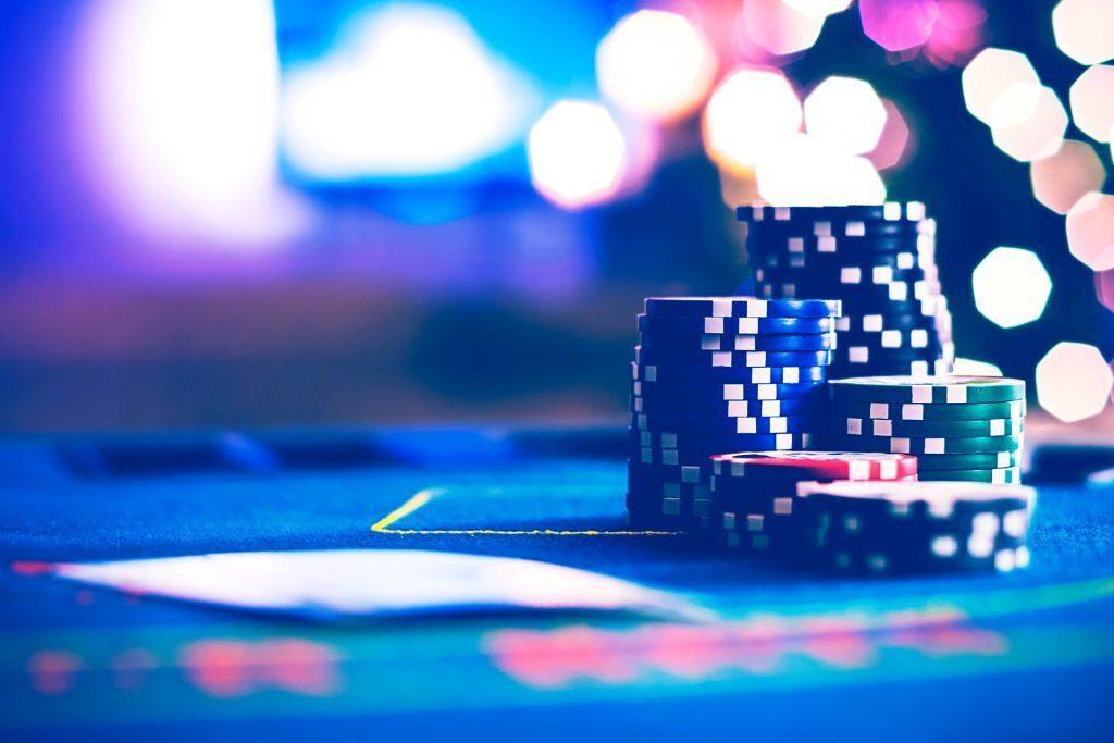 kasa pokerimerkkejä istuu kahden kuvapuoli alaspäin olevan pelikortin vieressä