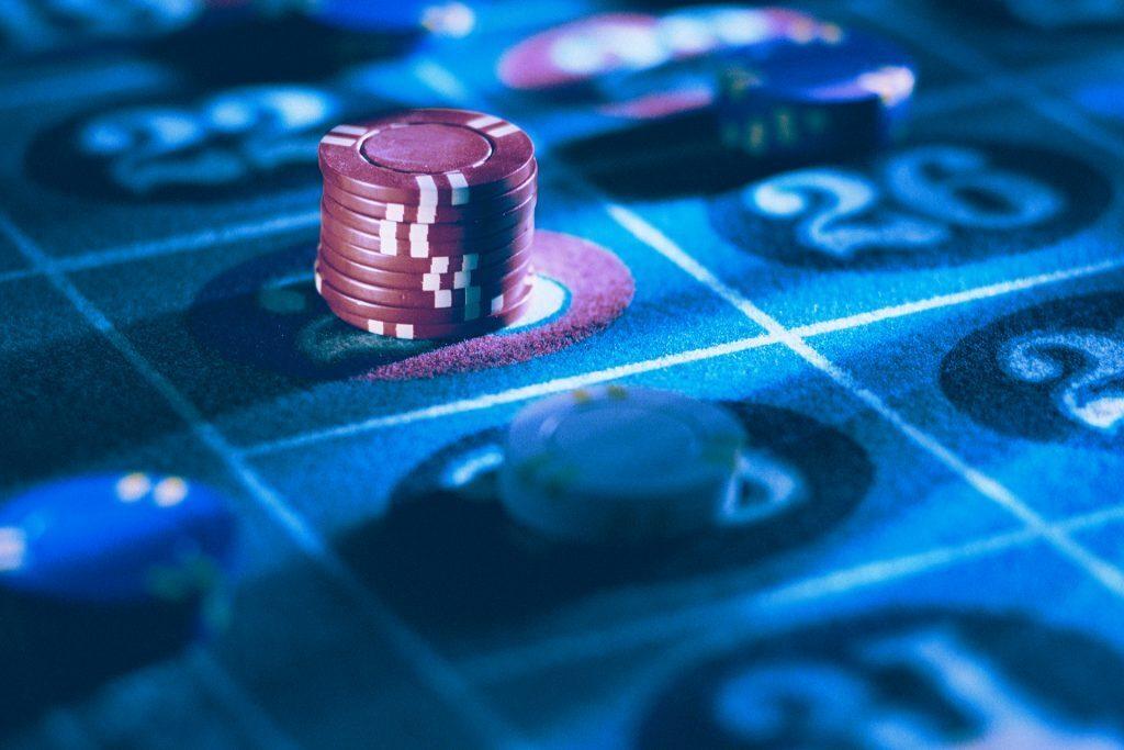 Ein Foto eines Roulette-Spieltischs mit einem roten Stapel Jetons