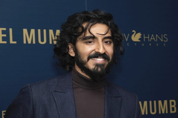 Dev Patel berpose sebelum menghadiri pemutaran film