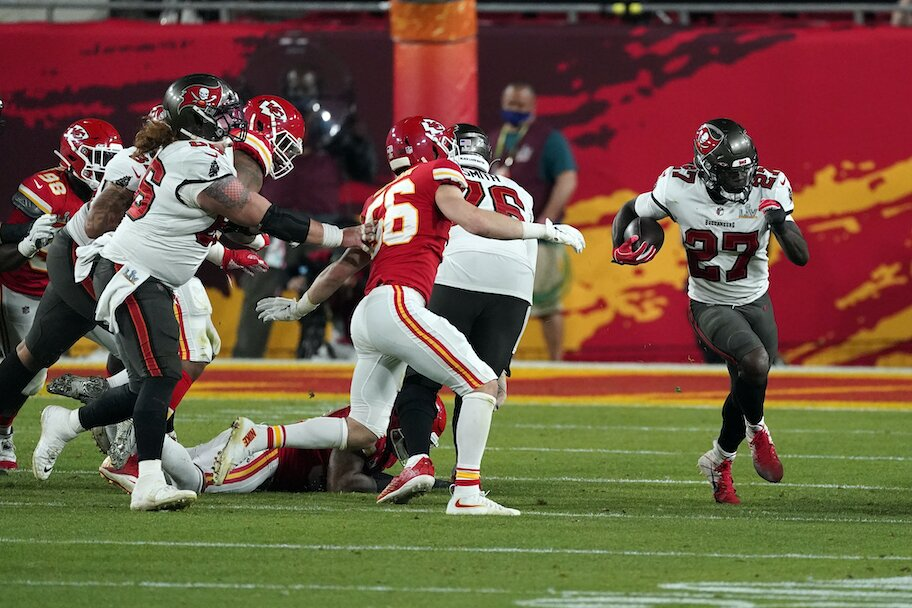 Tampa Bay Buccaneers Ronald Jones (27) rushes to the outside against the Kansas City Chiefs