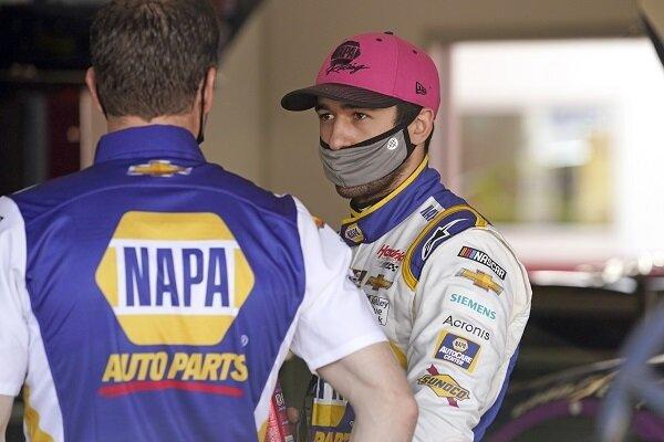 Chase Elliott berbicara dengan rekan satu timnya