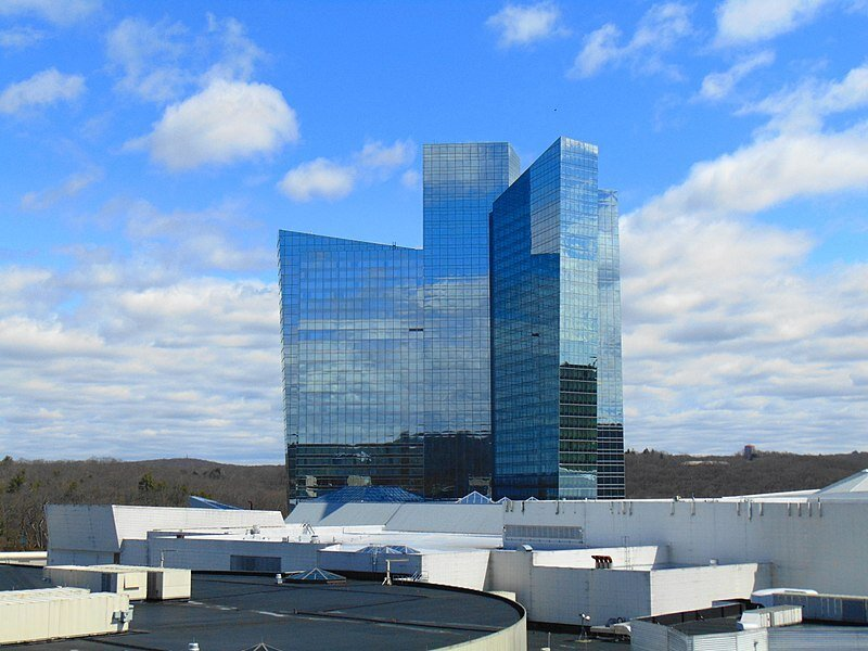 https://www.gambleonline.co/app/uploads/2021/03/800px-Sky_Tower_Mohegan_Sun_Uncasville_CT-1.jpg