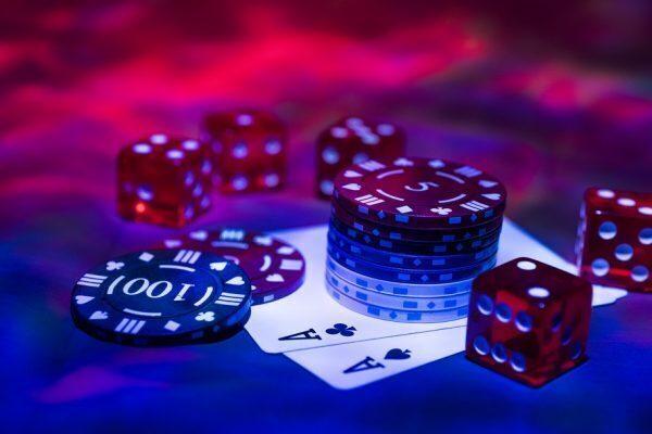 dit is een afbeelding van veel pokerfiches en speelkaarten