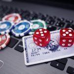 kartu kredit, chip poker, dan kartu remi di laptop