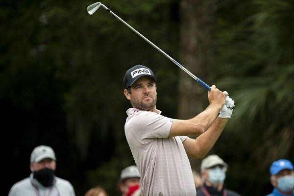 Corey Conners memperhatikan pukulan golfnya