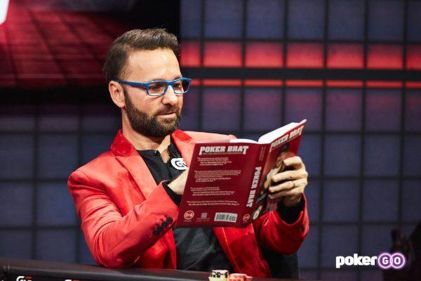 Daniel Negreanu membaca The Poker Brat