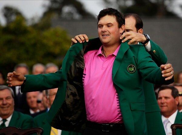 Sergio Garcia mengenakan jaket hijau pada Patrick Reed