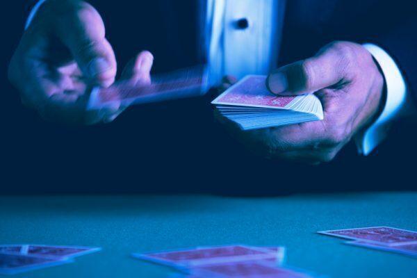 twee handen die kaarten dealen in kleur
