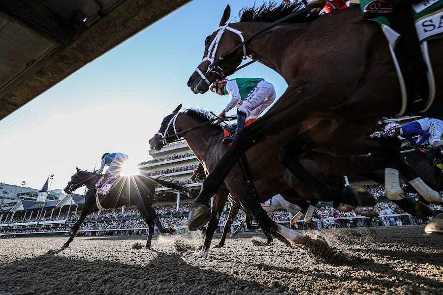 semangat medina memimpin balapan untuk finis pada derby kentucky 2021 di churchill downs